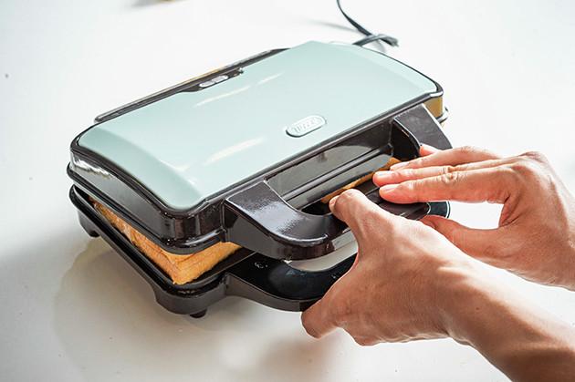 (3)プレス! 準備ができたらホットサンドメーカーを閉じてパンを焼き上げよう。アイスはなるべく中央に配置するのがポイント。溶けてしみ出す量を減らすことができるはずだ