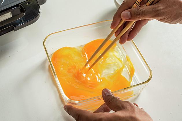 (1)たまご! 平皿またはボウルに卵を割り入れて溶き、食パンにたっぷりと吸収させる。お好みで砂糖や牛乳を入れてもいいが、今回はハーゲンダッツの甘さを生かすため卵だけにした