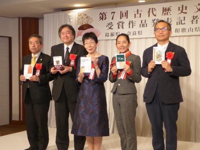 『「古今和歌集」の創造力』著者の鈴木宏子氏(中央)