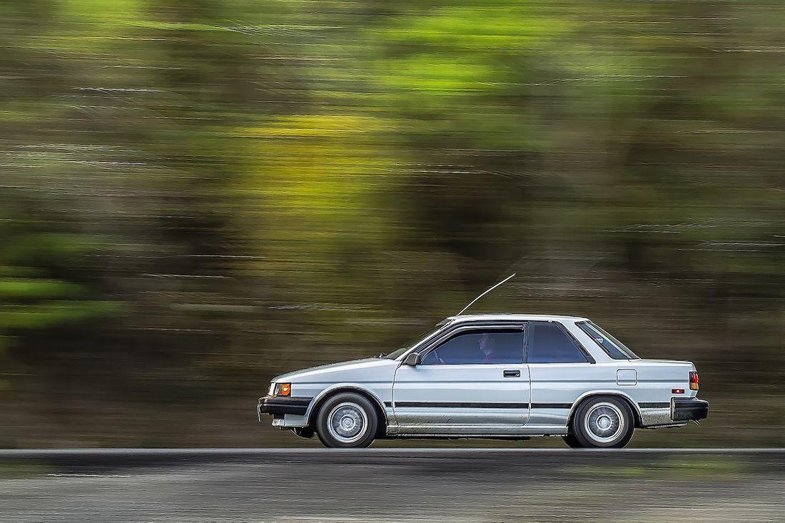 スピードを出すクルマの写真