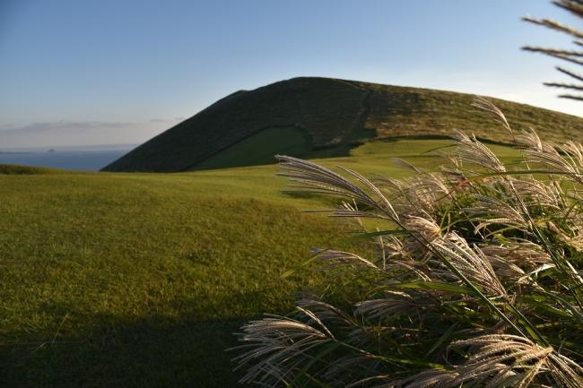 全山が芝生に覆われた鬼岳