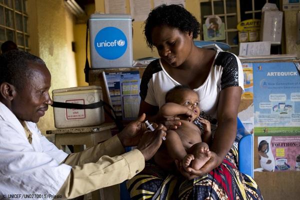 はしかの予防接種を受ける生後3カ月のゾーイちゃん。(2018年11月撮影) (C) UNICEF_UN0270015_Prinsloo