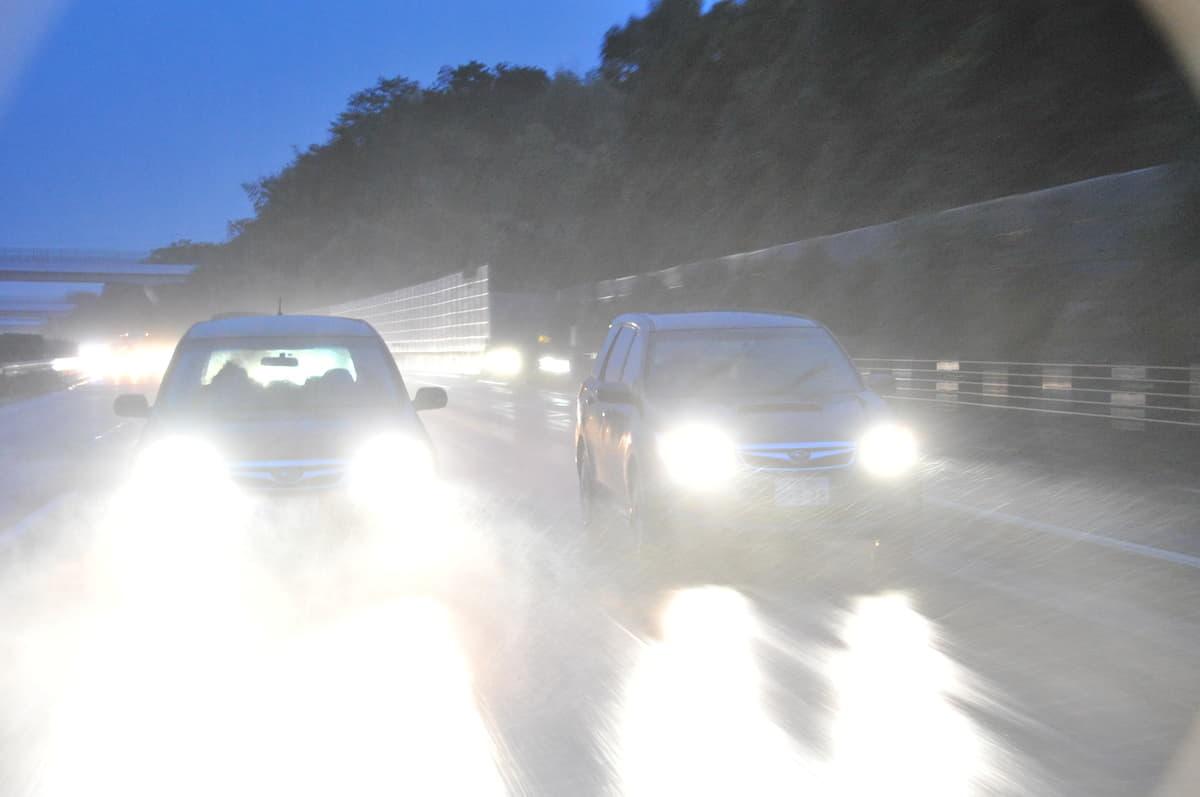 ゲリラ豪雨のときは止まるべき? 高速道路上で大雨に遭遇した時の対処法とは