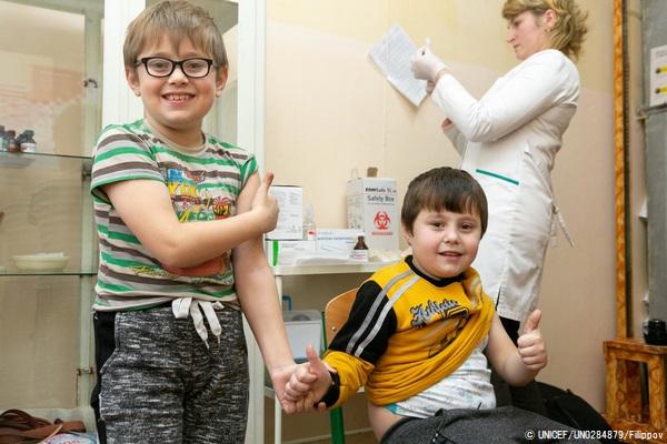 ウクライナではしかを含む混合ワクチンの予防接種を受ける8歳と6歳の兄弟。(2019年2月撮影) (C) UNICEF_UN0284879_Filippov
