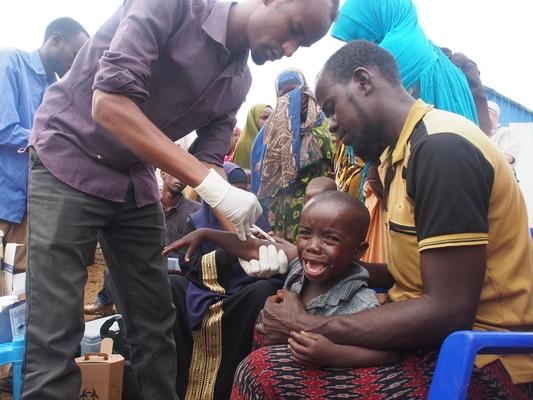 ソマリアの国内避難民キャンプで、はしかの予防接種を受ける男の子。(2019年11月25日撮影) (C) UNICEF_UNI229469_Hinds