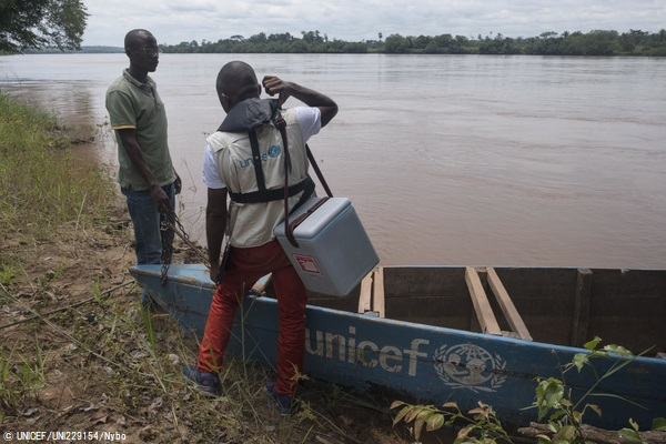 コンゴ民主共和国の遠隔地にはしかワクチンを届けるため、ボートで川を渡るユニセフの予防接種チーム。(2019年11月5日撮影) (C) UNICEF_UNI229154_Nybo