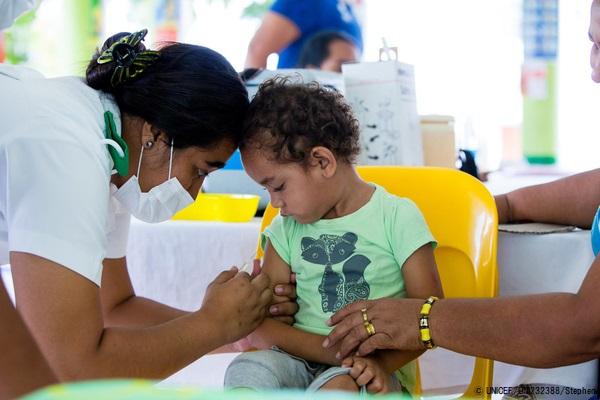 サモアでユニセフが支援して行われたキャンペーン期間中、はしかの予防接種を受ける3歳の男の子。(2019年12月2日撮影) (C) UNICEF_UNI232388_Stephen