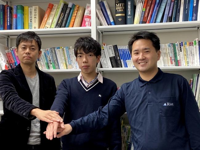 スポンサー契約締結時。左からKaiRA顧問の鹿島教授、KaiRAメンバーの新里顕大さん、Rist代表藤田