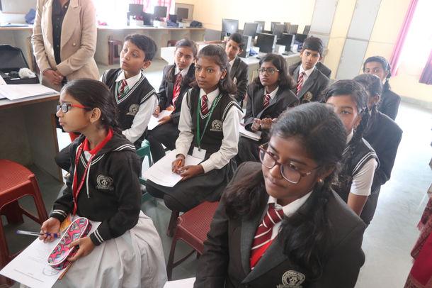 日本人の発表に耳を傾けるインドの生徒達