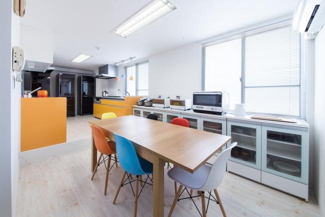 共有のキッチンエリアには大型キッチン2台と調理器具、調理家電、食器類など揃っている。