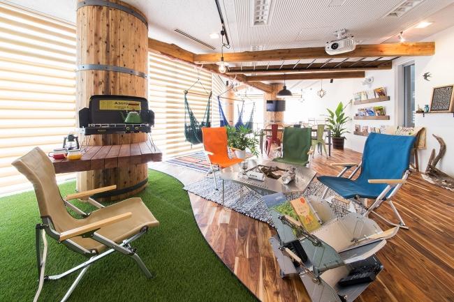 共有ラウンジはガラス張りの開放的な空間にハンモックやダーツ、無料コーヒーなどがある。