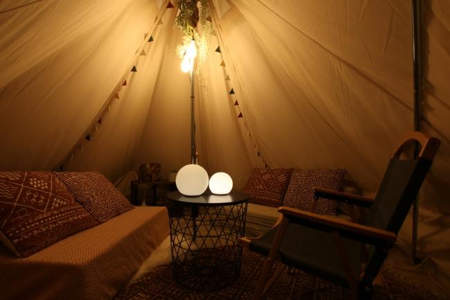 テント内はゆったりと4人がくつろげる空間。ソファーを広げるとベッドになります。