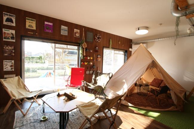 キャンプ場のようなデザインの居室とBBQもできるウッドデッキ付き。最大大人8名が宿泊できるよう、テント以外にBUNKベッドをご用意。