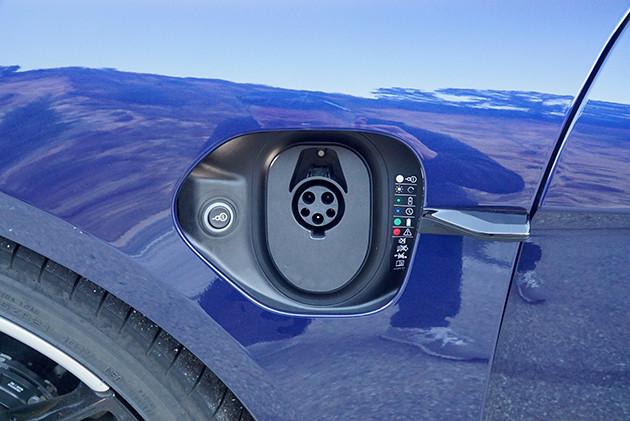 充電口は右フロントフェンダーに。急速充電に対応