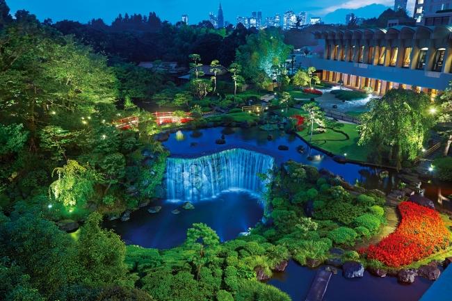 ガーデンラウンジから望む日本庭園ライトアップ
