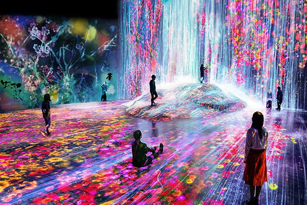「チームラボボーダレス」の『人々のための岩に憑依する滝』という作品では、センサーで人の動きを物理シミュレーションし続けている。そのため人が歩くと映像の水流に変化が生じる(teamLab Exhibition view of MORI Building DIGITAL ART MUSEUM:teamLab Borderless,2018,Odaiba,Tokyo (C)teamLab)