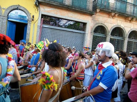 仮装してパレードをするリオ市民
