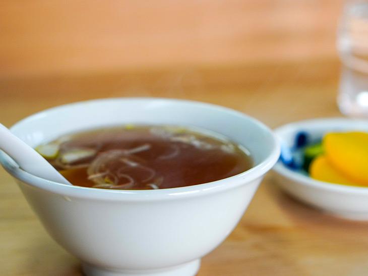ほとんどのメニューにアツアツの中華スープとお漬物がついてきます