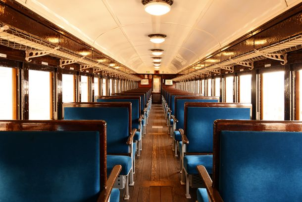 旧型客車(内装リニューアル後)の車内