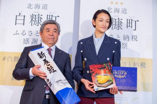 棚野町長とゲストの冨永愛さん