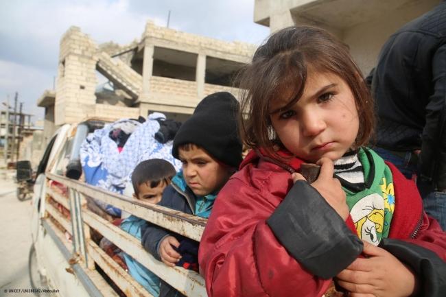 激化する紛争から逃れ、イドリブ県南部のサラケブとアリハからトラックの荷台に乗り避難する家族。(2020年1月27日撮影) (C) UNICEF_UNI286347_Abdoullah