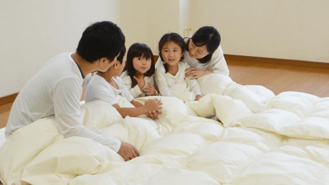 家族が川の字で寝る「つながる布団」