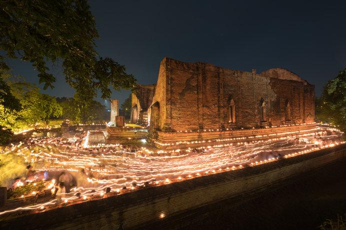 日本の花祭りにあたるタイの寺院のウェーサーカ祭の灯明
