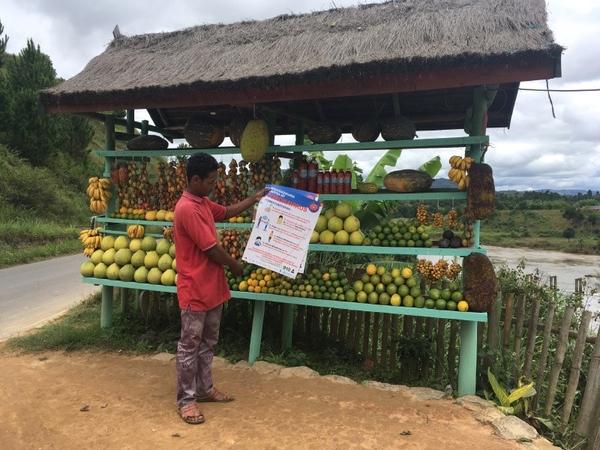 マダガスカルのコミュニティの店舗での啓発ポスター(WaterAid/Ernest Randriarimalla)