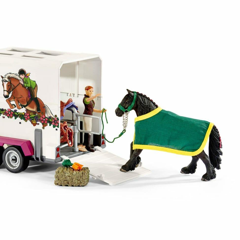 ピックアップトラックと馬運送車2