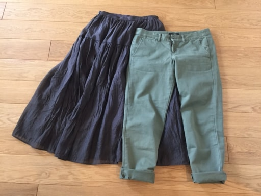 「ネイビーのロングスカート」と「グリーンのチノパン」