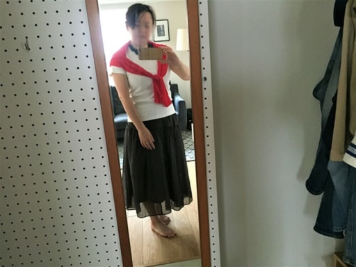 白のTシャツ&ショッキングピンクのカーディガン+ネイビーのロングスカート