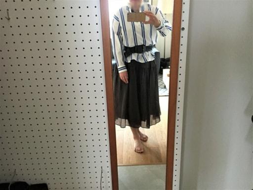 ブルーのストライプ柄のシャツ+ネイビーのロングスカート+ベルト