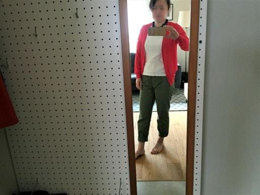 白のTシャツ&ショッキングピンクのカーディガン+グリーンのチノパン