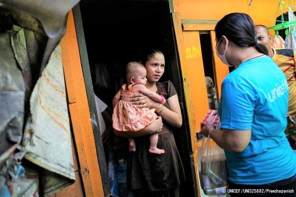 家族の負担を減らし、COVID-19の危機によって子どもが取り残されることのないよう、ユニセフは重要な支援物資の配布に加え、現金給付の増額と児童手当制度への取り組みを訴えている。 (タイ、2020年4月22日撮影) (C) UNICEF_UNI325682_P