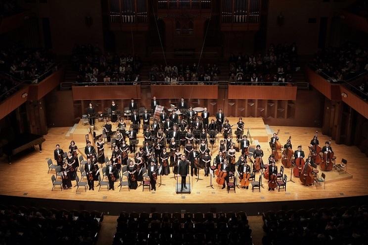 見慣れた終演後のオーケストラ立礼スタイル。この光景が見られるのはもう少し先になりそうだ。 (C)s.yamamoto