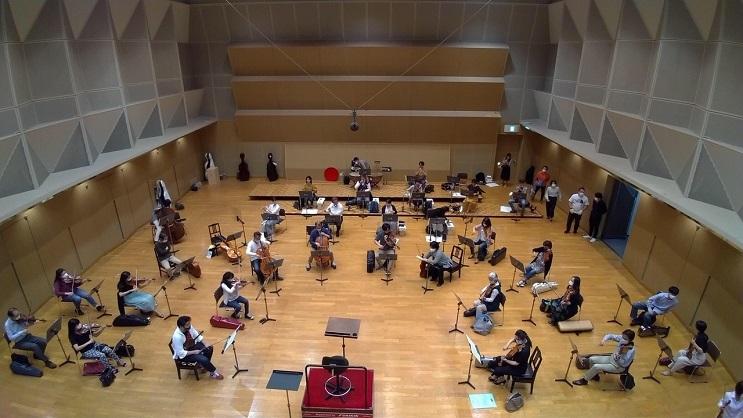 これだけの間隔を空けて配置すると、弦楽器は6型がいっぱい。 写真提供:関西フィル