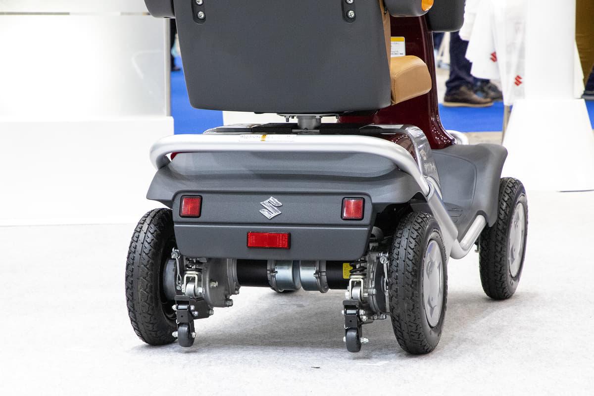 スズキのハンドル形電動車いす「セニアカー」はどんな乗り物なのか。種類と操作上のルールなどを解説