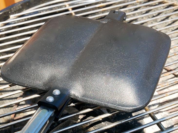 バーベキューグリルに乗せて焼いても、焚き火に入れても焼けますよ