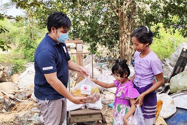 コロナ禍により困窮する家庭へ食料などを届けるAARヤンゴン事務所職員のミン・ミン・エイ(左)