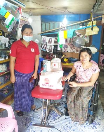 AARがミャンマーのヤンゴンで運営する障がい者のための職業訓練校の卒業生(右)のお店にて。AARの支援物資を届ける洋裁コース講師のカイン・カイン・ミン(左)