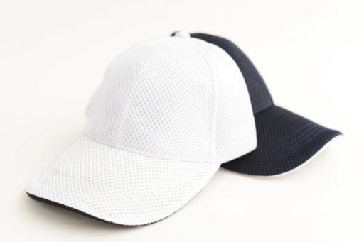 日差しをさえぎる野球帽