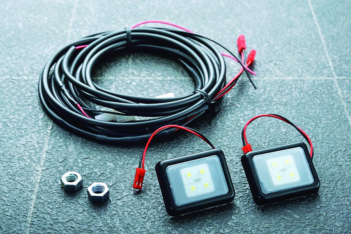アウトドアで夜の雰囲気づくりや活動作業などの役に立つクルマのLEDライトアイテム