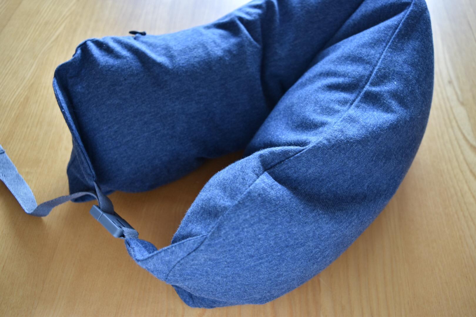 まず無印良品の『フィットするネッククッション』は、寝心地の面で優れています。高級枕と同じ素材を使ったネックピローとまではいきませんが、自分で空気を入れて  ...
