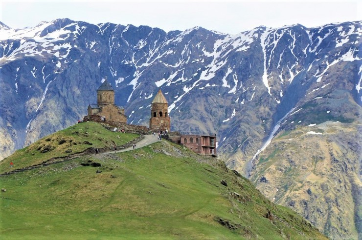 【世界の絶景】「限りなく天国に近い教会」ジョージア・カズベキのツミンダ・サメバ教会