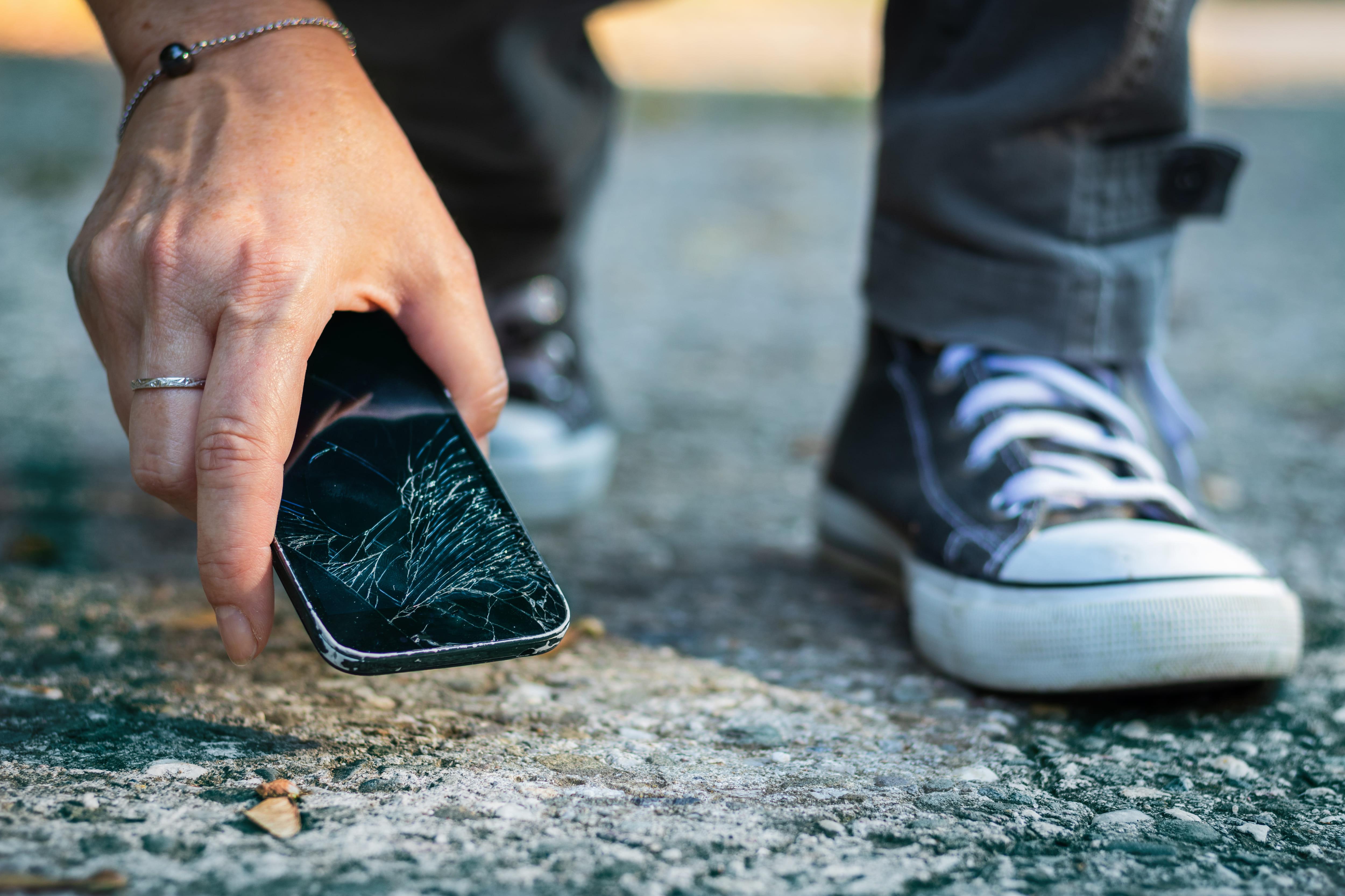 20代が持つスマートフォンは瀕死状態 スマホ画面を割ってしまった